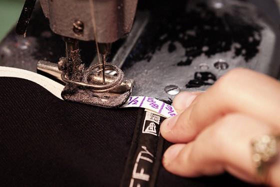 Výroba kšiltovky New Era krok po kroku