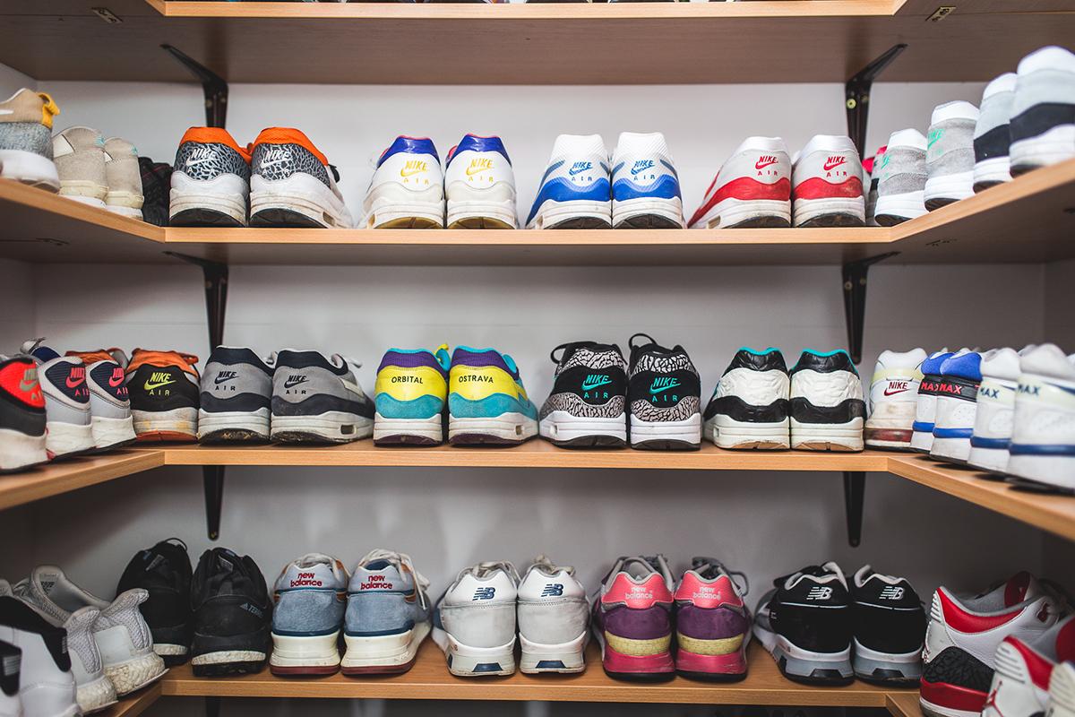 Martin Hýža a jeho botník s více než 100 páry tenisek