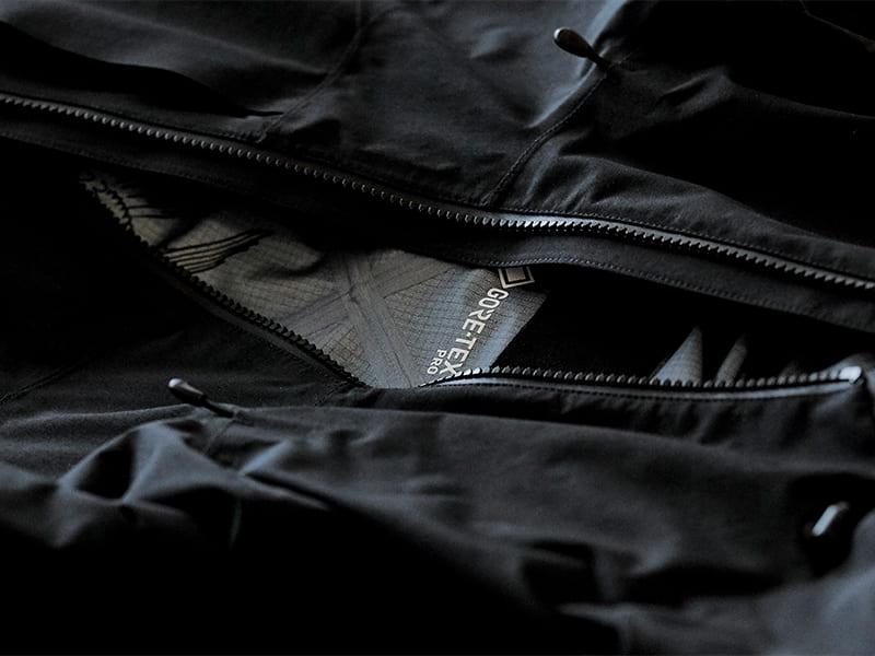 Oblečení budoucnosti v Queensu: bunda Evolution jako výsledek 20 let spolupráce značek Tilak, ACRONYM® a GORE-TEX